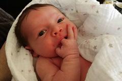 Bé gái 3 tuần tuổi qua đời đột ngột chỉ vì bố mẹ quên rửa tay