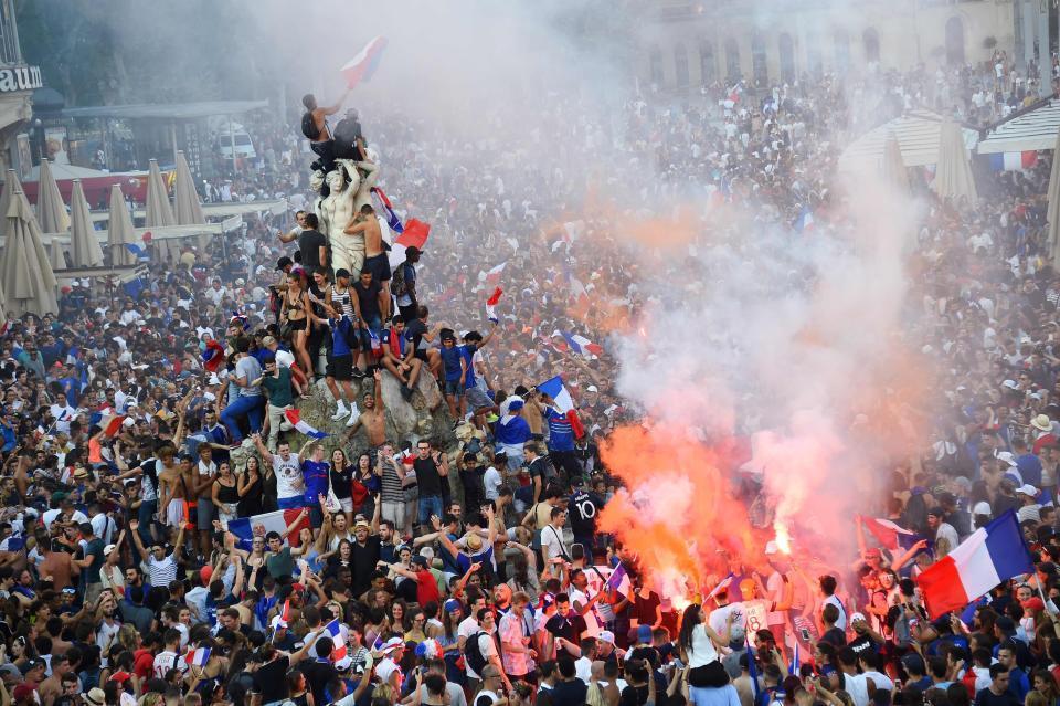 Pháp vô địch World Cup: Paris rung chuyển, tháp Eiffel 'biến hình'