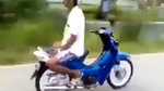 Kinh hoàng người đàn ông làm xiếc trên xe máy giữa đường