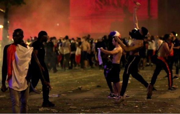 Pháp vô địch World Cup, quê nhà 'bạo loạn'
