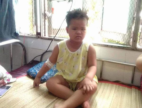 Tiếng khóc xé lòng của cô bé 3 tuổi