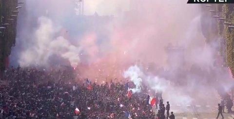 Nhà vô địch World Cup diễu hành trong mù mịt khói