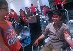 Xúc động hình ảnh 2 cha con đi hiến máu trước giờ chở hàng
