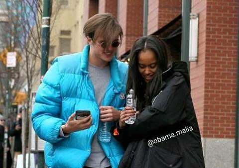 Ảnh yêu đương tình tứ của Malia Obama và bạn trai ở Paris