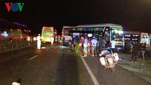 3 xe khách tông nhau liên hoàn, 2 người chết