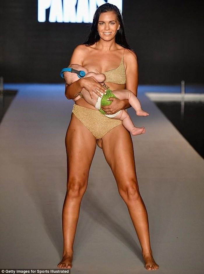 Người mẫu vừa catwalk vừa cho con bú