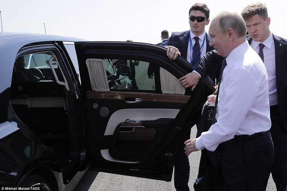 Tổng thống Putin dùng siêu xe mới, to hơn xe ông Trump