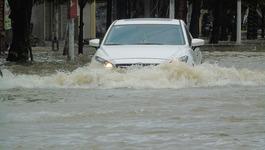 Mưa lớn, ô tô rẽ sóng giữa đường phố thành Vinh