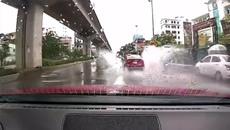 Ô tô thản nhiên té nước vào người đi xe máy