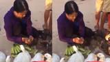 Người phụ nữ nhét cả quả chuối vào họng vịt để bán