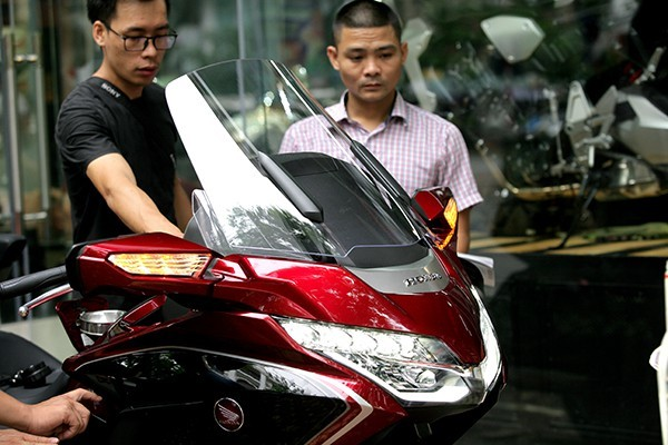 Cận cảnh chiếc mô tô khủng giá 1,2 tỷ xuất hiện đầu tiên tại Hà Nội