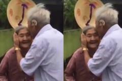 Xúc động nụ hôn của hai cụ già