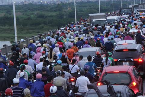4 xe đâm nhau, nghìn người chôn chân trong mưa trên cầu Vĩnh Tuy