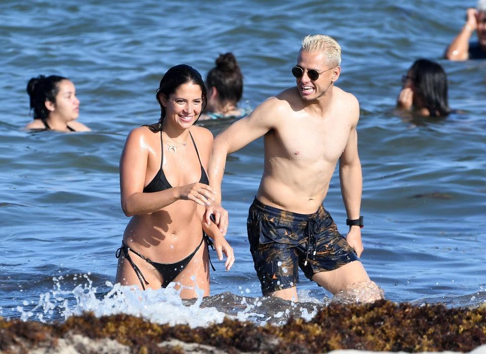 Chicharito diễn 'cảnh nóng' với bồ xinh ngoài biển