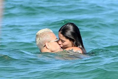 """Chicharito diễn """"cảnh nóng"""" với bồ xinh ngoài biển"""
