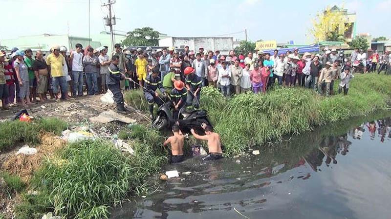 Cướp giật táo tợn đạp 2 mẹ con rơi xuống kênh ở Sài Gòn