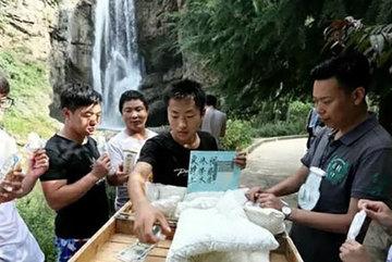 Cậu sinh viên bán 7.000 cây kem kiếm tiền học đại học, chữa bệnh cho bố