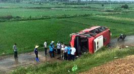 Xe khách 'bay' trên cao tốc Pháp Vân rồi nằm nghiêng ở đường gom