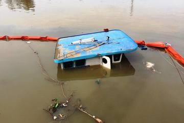 Sà lan bị nhấn chìm khi đậu tránh bão, một người chết