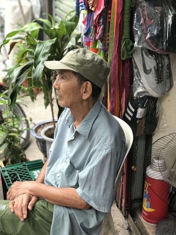 NSƯT Trần Hạnh bán giày, mũ bảo hiểm mưu sinh ở tuổi 89