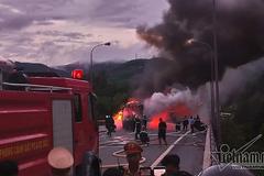 Cabin phát nổ, xe khách chở 40 người cháy trơ khung