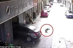 Bé trai may mắn sống sót sau khi bị bố lùi xe phải