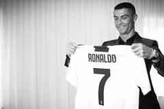"""Ronaldo """"lật kèo"""" MU về Juventus: Sức mạnh của đồng tiền"""