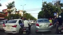 'Tóm gọn' xe con đi ngược chiều trên phố giữa giờ tan tầm