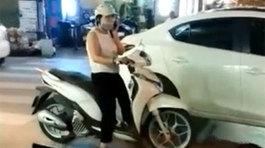 Nữ 'ninja' nghênh ngang dừng xe giữa ngã ba 'nấu cháo' điện thoại