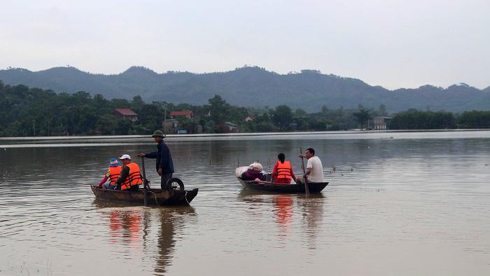 Hà Tĩnh: Dân leo mái nhà chờ nước rút