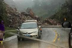 Đất đá đổ ập, vùi lấp quốc lộ 6 ở Sơn La