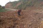 Triệu khối đất đá lở xuống đường, 'bít lối' giao thông ở Kon Tum