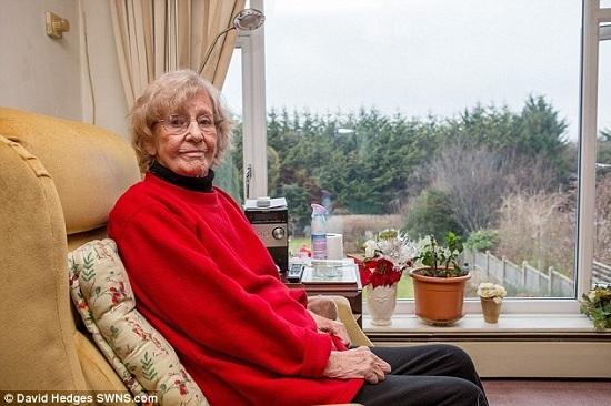 Bà cụ kiên nhẫn đợi 20 năm để trả thù hàng xóm