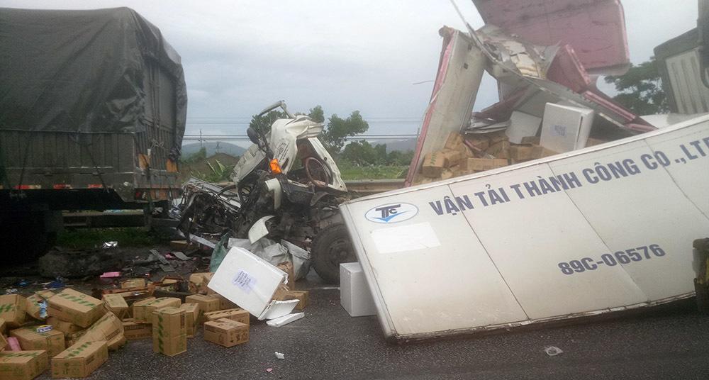 Đâm bật xe đỗ ven đường, xe tải nát đầu, phụ xe chết kẹt trong cabin