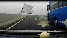 Hoảng hồn ô tô bung tôn cửa trên đường cao tốc