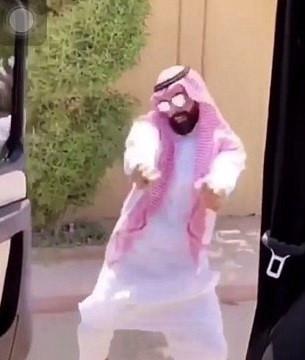 Giới trẻ thế giới lại gây tranh cãi với điệu nhảy 'lao ra khỏi xe'