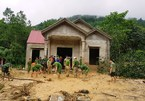 Cào bùn đất tìm 2 mẹ con bị lũ quét cuốn trôi ở Thanh Hóa