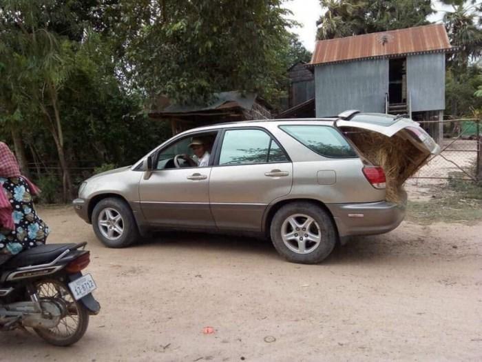 Chơi ngông vô đối: Anh nông dân ô tô Lexus chở rơm