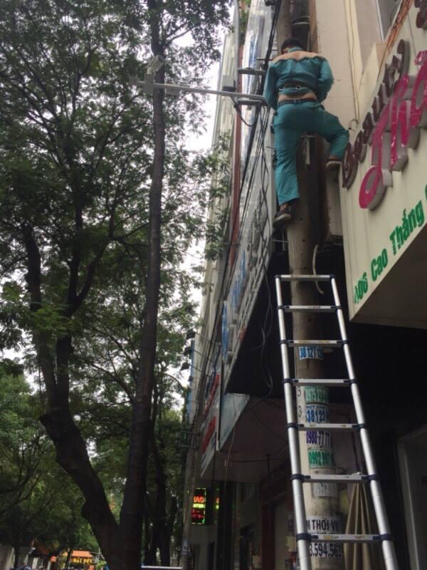 Gắn 'mắt thần' giám sát thu phí ô tô đậu lòng đường Sài Gòn