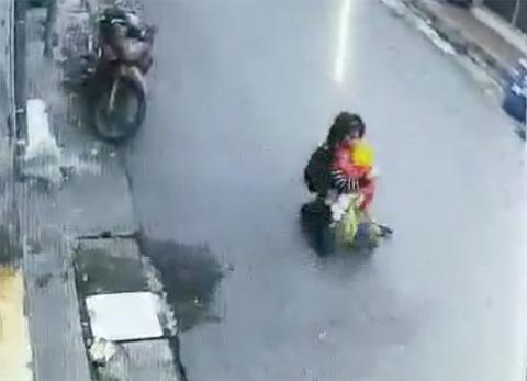 Mẹ bế con bị cướp giật bị kéo lê trên phố