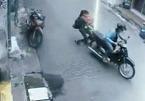 Người mẹ trẻ bế con, níu xe kẻ cướp trên phố Sài Gòn