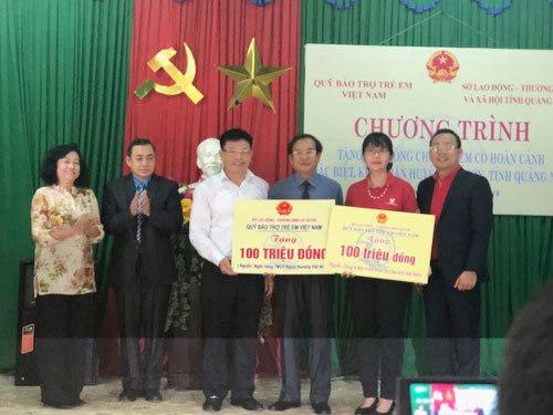 Vietcombank trao quà ở huyện nghèo Quảng Nam