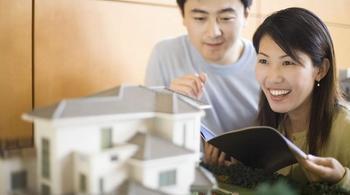Vợ chồng trẻ có 800 triệu nên mua nhà đất hay chung cư ở Hà Nội?