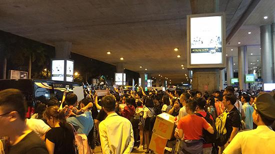 Fan Việt quây kín chào đón Kwon Sang Woo ở sân bay lúc nửa đêm
