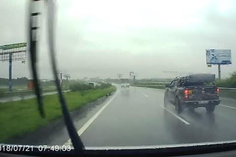 Mưa gió, ô tô chạy ngược chiều trên cao tốc Hà Nội - Bắc Giang