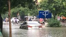 Hà Nội: Mưa suốt ngày đêm, ô tô bơi trên phố