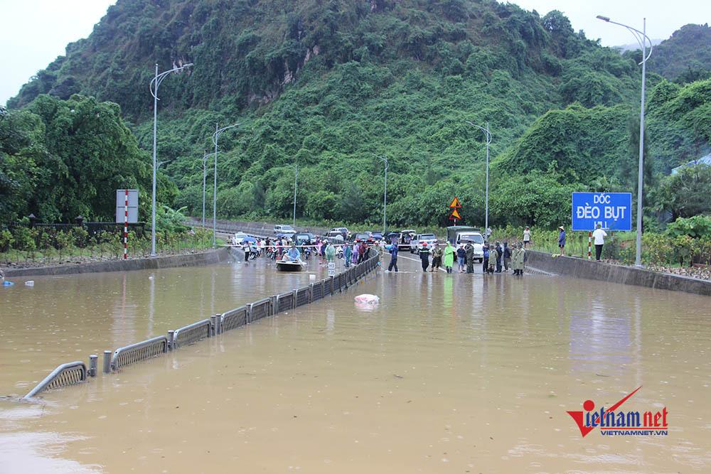 Mưa lớn chia cắt quốc lộ 18, bùn tràn vào nhà dân