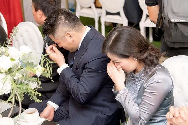 Hôn phu Tú Anh khóc cười trong lễ rước dâu