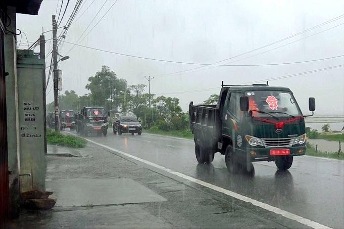 Dàn xe tải rước sính lễ ăn hỏi trong thời tiết mưa lụt ở Hải Phòng