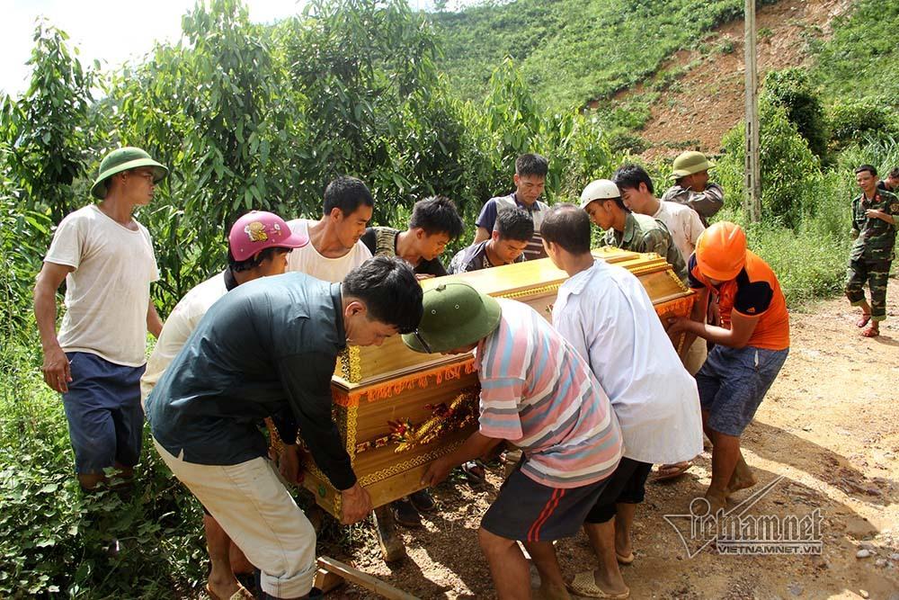 Trèo đèo, lội suối đưa thi thể Phó bí thư xã bị lũ cuốn trôi về an táng